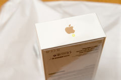 IPhone 7 συν το διπλό κιβώτιο iPhone καμερών unboxing στον πίνακα ενώπιον των Η.Ε Στοκ Εικόνες