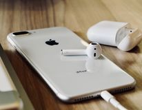 iPhone 8 συν Airpods στοκ φωτογραφία