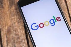 IPhone της Apple και λογότυπο Google Το Google είναι η μεγαλύτερη θάλασσα Διαδικτύου Στοκ εικόνα με δικαίωμα ελεύθερης χρήσης