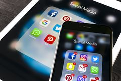 IPhone 7 της Apple και iPad υπέρ με τα εικονίδια των κοινωνικών μέσων facebook, instagram, πειραχτήρι, snapchat εφαρμογή στην οθό Στοκ Εικόνες