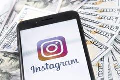 IPhone 8+ της Apple με το λογότυπο και τα χρήματα Instagram Το Instagram είναι ένα pH Στοκ Φωτογραφία
