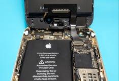 IPhone της Apple που αποσυντίθεται να παρουσιάσει συστατικά μέσα Στοκ φωτογραφία με δικαίωμα ελεύθερης χρήσης