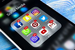 IPhone 7 της Apple στον ξύλινο πίνακα με τα εικονίδια των κοινωνικών μέσων facebook, instagram, πειραχτήρι, snapchat εφαρμογή στη Στοκ Εικόνες