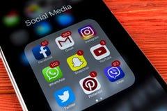 IPhone 7 της Apple στον ξύλινο πίνακα με τα εικονίδια των κοινωνικών μέσων facebook, instagram, πειραχτήρι, snapchat εφαρμογή στη Στοκ εικόνες με δικαίωμα ελεύθερης χρήσης