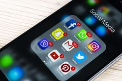 IPhone 7 της Apple στον ξύλινο πίνακα με τα εικονίδια των κοινωνικών μέσων facebook, instagram, πειραχτήρι, snapchat εφαρμογή στη Στοκ φωτογραφία με δικαίωμα ελεύθερης χρήσης