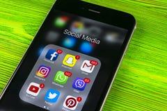 IPhone 7 της Apple στον ξύλινο πίνακα με τα εικονίδια των κοινωνικών μέσων facebook, instagram, πειραχτήρι, snapchat εφαρμογή στη Στοκ εικόνα με δικαίωμα ελεύθερης χρήσης