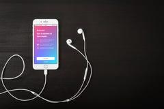 IPhone 8 της Apple συν με τη μουσική app της Apple στην οθόνη Στοκ φωτογραφία με δικαίωμα ελεύθερης χρήσης