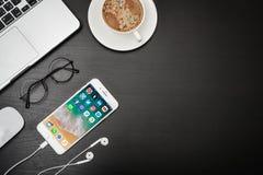 IPhone 8 της Apple συν με το κοινωνικό δίκτυο apps Στοκ εικόνες με δικαίωμα ελεύθερης χρήσης