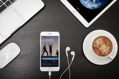 IPhone 8 της Apple συν με Couchsurfing app στην οθόνη Στοκ φωτογραφία με δικαίωμα ελεύθερης χρήσης