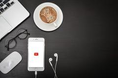 IPhone 8 της Apple συν με YouTube app Στοκ φωτογραφίες με δικαίωμα ελεύθερης χρήσης