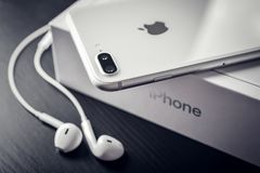 IPhone 8 της Apple συν το ασήμι Στοκ φωτογραφία με δικαίωμα ελεύθερης χρήσης