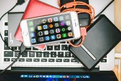 IPhone της Apple 6S που τοποθετείται στο lap-top Macbook Στοκ φωτογραφίες με δικαίωμα ελεύθερης χρήσης