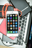 IPhone της Apple 6S που τοποθετείται στο lap-top Macbook Στοκ εικόνες με δικαίωμα ελεύθερης χρήσης