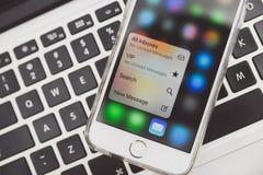 IPhone της Apple 6S που τοποθετείται στο lap-top Macbook Στοκ Φωτογραφία
