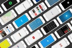 IPhone της Apple 5s smartphones που βρίσκεται στην επιφάνεια δέρματος Στοκ φωτογραφία με δικαίωμα ελεύθερης χρήσης