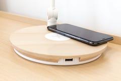Iphone Χ έξυπνο τηλέφωνο με τον ασύρματο φορτιστή Στοκ φωτογραφία με δικαίωμα ελεύθερης χρήσης