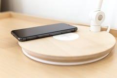 Iphone Χ έξυπνο τηλέφωνο με τον ασύρματο φορτιστή Στοκ εικόνες με δικαίωμα ελεύθερης χρήσης