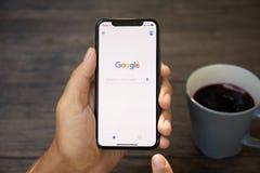 IPhone Χ εκμετάλλευσης ατόμων με την κοινωνική υπηρεσία Google δικτύωσης Στοκ Εικόνες
