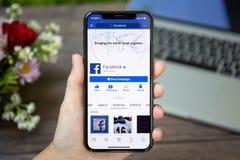 IPhone Χ εκμετάλλευσης γυναικών με την κοινωνική υπηρεσία Facebook δικτύωσης Στοκ εικόνα με δικαίωμα ελεύθερης χρήσης