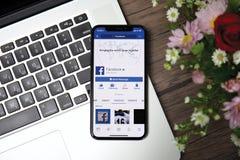 IPhone Χ με την κοινωνική υπηρεσία Facebook δικτύωσης στην οθόνη Στοκ φωτογραφία με δικαίωμα ελεύθερης χρήσης