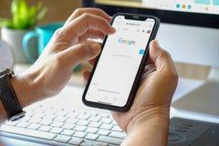 iPhone Χ που παρουσιάζει Google app Το Google είναι μια αμερικανική πολυεθνική εταιρία ειδικεμένος στις Διαδίκτυο-σχετικές υπηρεσ στοκ φωτογραφίες με δικαίωμα ελεύθερης χρήσης
