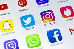 IPhone Χ της Apple με τα εικονίδια των κοινωνικών μέσων facebook, instagram, πειραχτήρι, snapchat εφαρμογή στην οθόνη Κοινωνικά ε Στοκ φωτογραφία με δικαίωμα ελεύθερης χρήσης