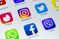 IPhone Χ της Apple με τα εικονίδια των κοινωνικών μέσων facebook, instagram, πειραχτήρι, snapchat εφαρμογή στην οθόνη Κοινωνικά ε Στοκ Φωτογραφία