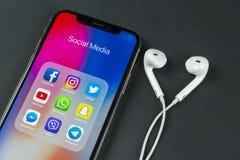 IPhone Χ της Apple με τα εικονίδια των κοινωνικών μέσων facebook, instagram, πειραχτήρι, snapchat εφαρμογή στην οθόνη Κοινωνικά ε Στοκ εικόνα με δικαίωμα ελεύθερης χρήσης