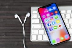 IPhone Χ της Apple με τα εικονίδια των κοινωνικών μέσων facebook, instagram, πειραχτήρι, snapchat εφαρμογή στην οθόνη Κοινωνικά ε Στοκ Εικόνες