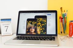 Iphone 7 вебсайта компьютеров Эпл showcasing против iphone 7 добавочного Стоковые Фотографии RF