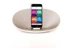 IPhone 6 при громкоговоритель показывая Яблоко Стоковые Изображения RF