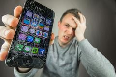 Iphone треснутое экраном стоковая фотография rf