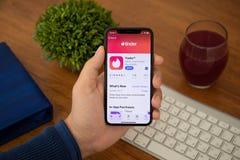IPhone x удерживания руки человека с социальным трутом обслуживания сети стоковое изображение