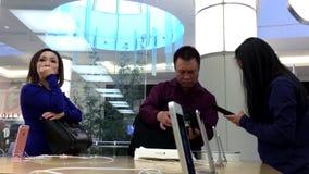 Iphone людей покупая и кредитная карточка оплачивать акции видеоматериалы