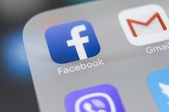 IPhone 8 Яблока с значком Facebook на экране монитора Facebook одно самого большого социального вебсайта сети Значок Facebook com Стоковые Изображения RF