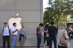 Iphone 6在苹果商店,街市芝加哥 库存图片