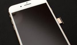 IPhone 7正双重照相机箱中取出的inser西姆卡片模块 免版税库存照片