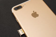 IPhone 7正双重照相机箱中取出的inser西姆卡片模块 库存照片