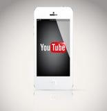 Iphone 5设备,显示YouTube商标。 免版税库存照片