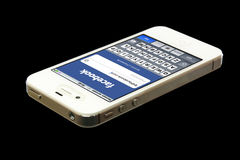 IPhone 4 avec Facebook sur l'écran Photographie stock