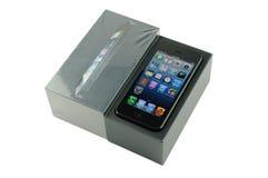 IPhone 5 con el empaquetado fotografía de archivo