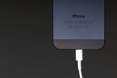 IPhone 5 die op Donkere Achtergrond laadt Royalty-vrije Stock Fotografie