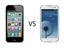 Iphone 5 gegen Samsung-Galaxie s3 Stockbild