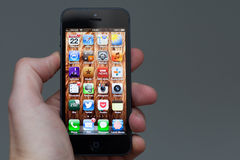 IPhone 5 som rymms i hand Royaltyfri Foto