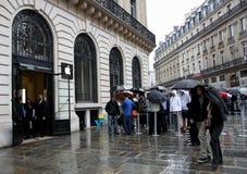 IPhone 5 tecknar ventilatorer till Apple lager i Paris arkivfoton