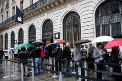 IPhone 5 trekt ventilators aan de opslag van de Appel in Parijs stock afbeelding