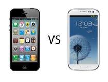 Iphone 5 vs den Samsung galaxen s3 Fotografering för Bildbyråer