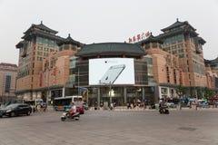 在给苹果计算机的商店的横幅苹果计算机iPhone 6,北京做广告 库存照片