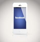 Iphone 5 apparaat, die het Facebook-embleem tonen. Stock Afbeeldingen