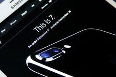 Iphone 7 auf Apfelbeamthomepage Stockfoto
